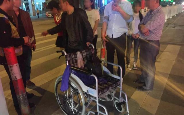"""男子推轮椅假摔 """"碰瓷""""成瘾终被拘"""