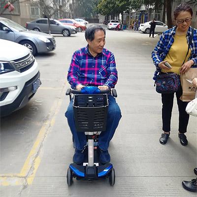 舒莱适S3021代步车深深吸引了75的岁郑师傅