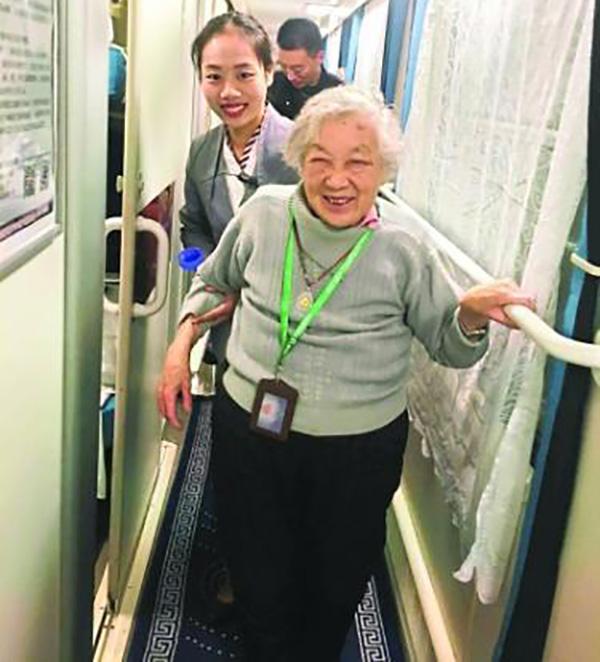 独自坐轮椅从北京来汉探亲 列车乘务人员接力照顾老人一夜