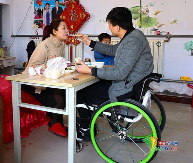 河北截瘫轮椅小伙与美女粉丝新娘恩爱温馨画面