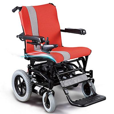 老人驾驶电动轮椅突发病  交警出手相助