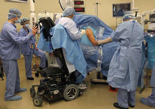美国医生下身瘫痪不下岗 靠站立式电动轮椅做手术