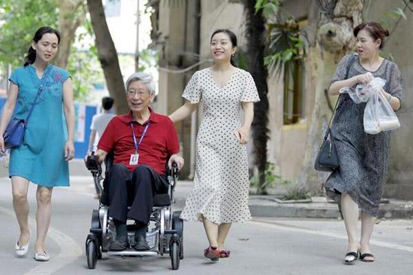 84岁老专家开迈乐步电动轮椅出诊,成为医院一道风景。
