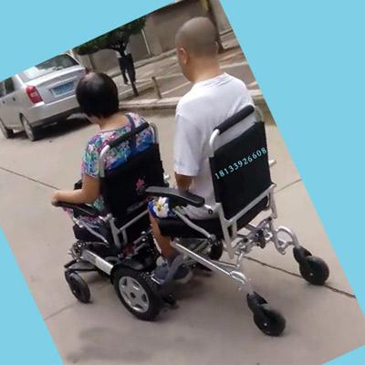 迈乐步A08L双人电动轮椅载着吕阿姨和老伴儿幸福出游