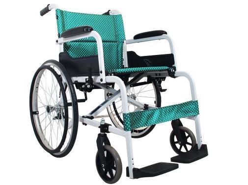 老人外出旅行用手推轮椅还是电动轮椅
