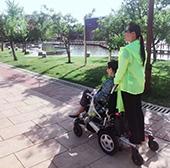 """谁说电动轮椅只是残疾人的""""专利"""""""