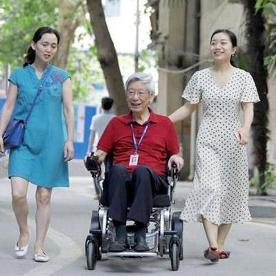84岁老专家开迈乐步电动轮椅出诊,小朋友笑嘻嘻追着跑