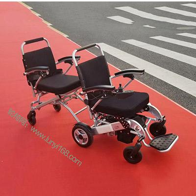 双人电动轮椅为两位老人一同出行带来方便