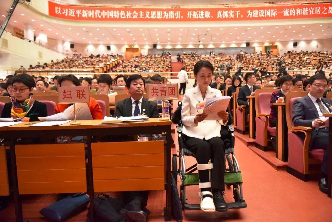 政协委员乘坐康扬轮椅参加会议