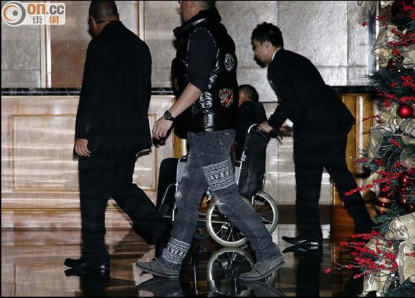 嘲笑曾志伟坐轮椅的人太无知