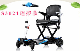 郑叔正在驾驶舒莱适S3021遥控折叠款老年电动代步车