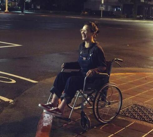 """马思纯坐轮椅现身 笑容灿烂自嘲""""小瘸腿""""(图)"""
