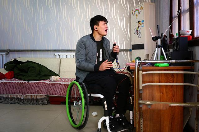 河北截瘫轮椅小伙正在做网络直播