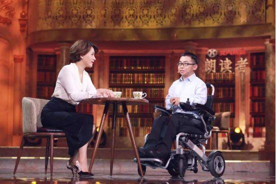迈乐步残疾人电动轮椅上的清华学霸