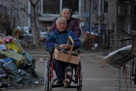 镜头下的轮椅老人