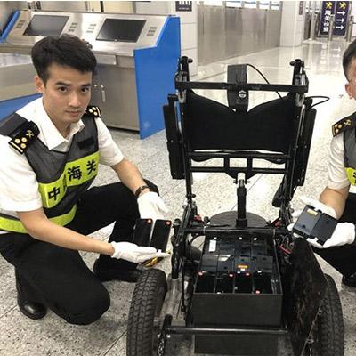 男子用残疾人电动轮椅藏匿走私旧手机