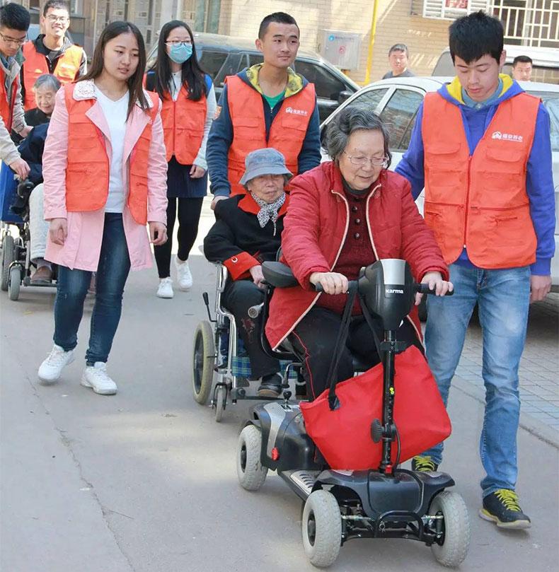 老人用手动轮椅好还是电动的好
