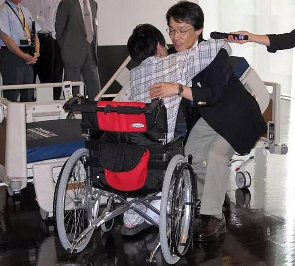 下肢截瘫残疾人上下轮椅需要别人辅助