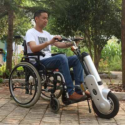 俩大爷开电动轮椅街上飙车 别拿安全不当事儿