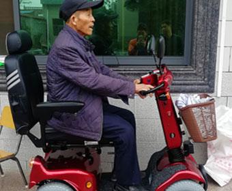 这位农村老人为何只买进口康扬电动代步车KS747