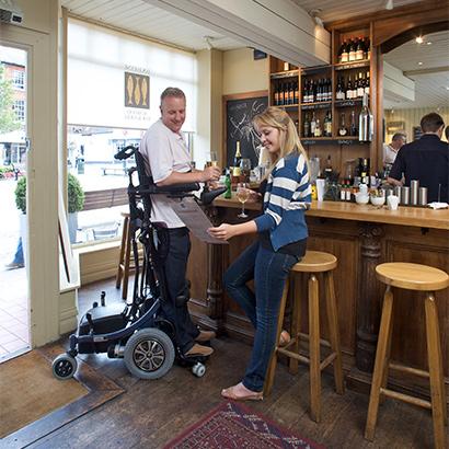 康扬站立式电动轮椅图片