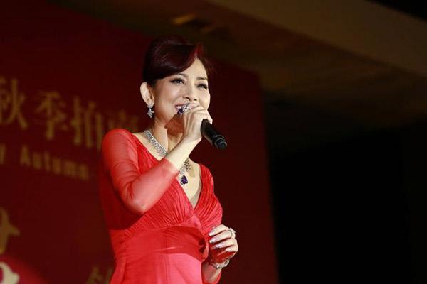 她曾是香港小姐身家5亿,至今单身靠轮椅代步,捐赠学校超50所!
