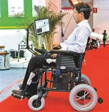大学研发出脑电波电动轮椅