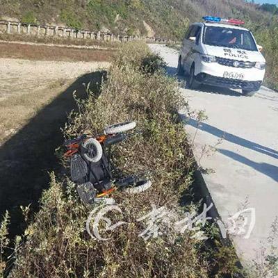 老人练习电动轮椅倒车不慎坠入20米高河堤