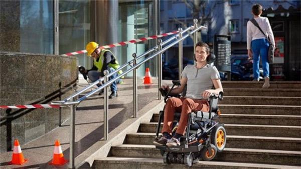 法国的TopChair-S电动爬楼轮椅