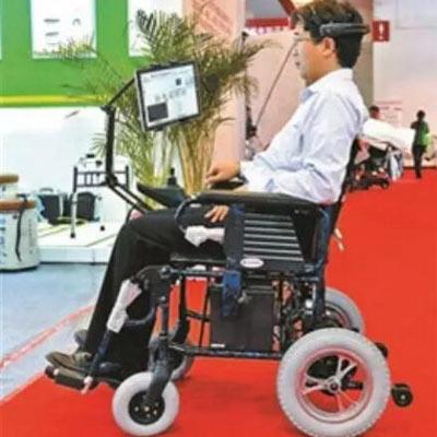 大学研发出可凭意念控制的脑电波电动轮椅